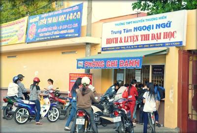 Học sinh đăng ký luyện thi tại trung tâm luyện thi đại học Nguyễn Thượng Hiền